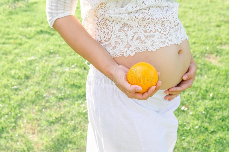 Польза и вред апельсинов при беременности: свежие фрукты, сок и масло