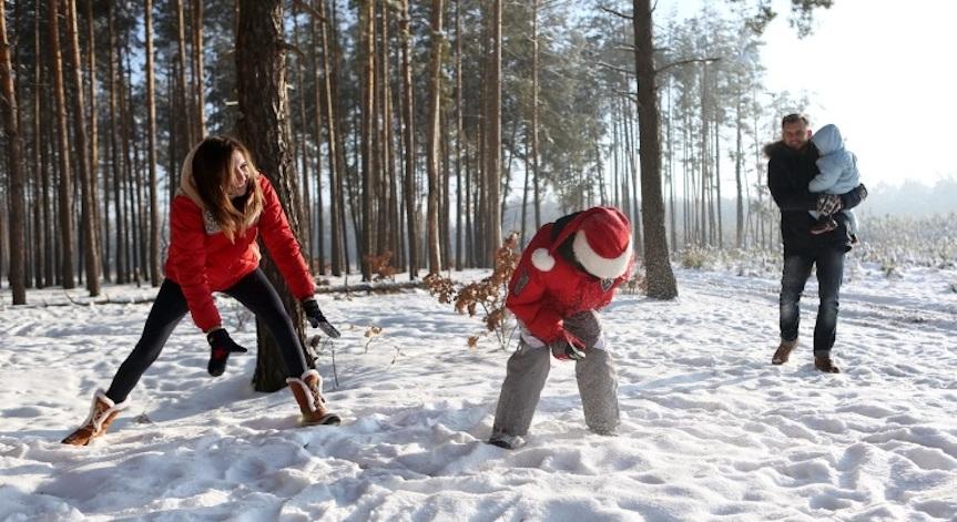 Чем заняться с ребенком зимой: интересные идеи развлечений дома и на улице
