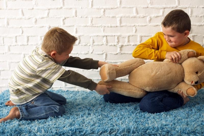 Почему ребенок ломает игрушки и как от этого отучить?