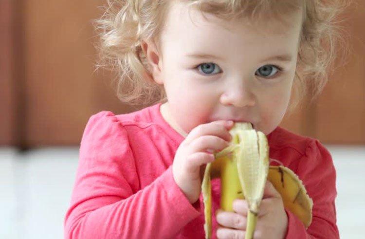 С какого возраста ребенку можно давать банан: рекомендации