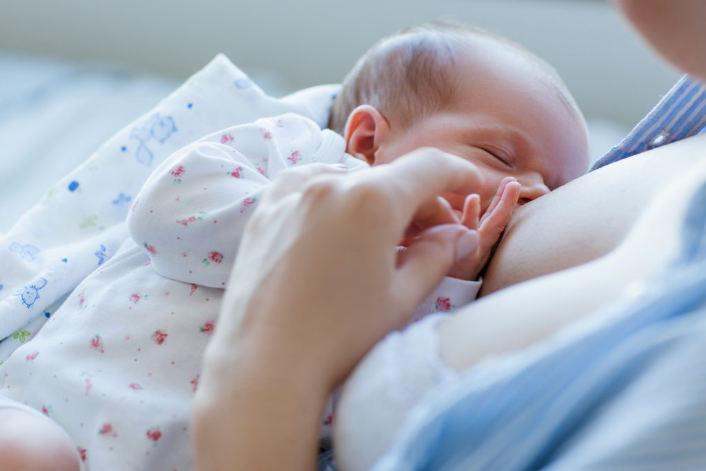 Ребёнок постоянно требует материнскую грудь. причины и способы решения проблемы