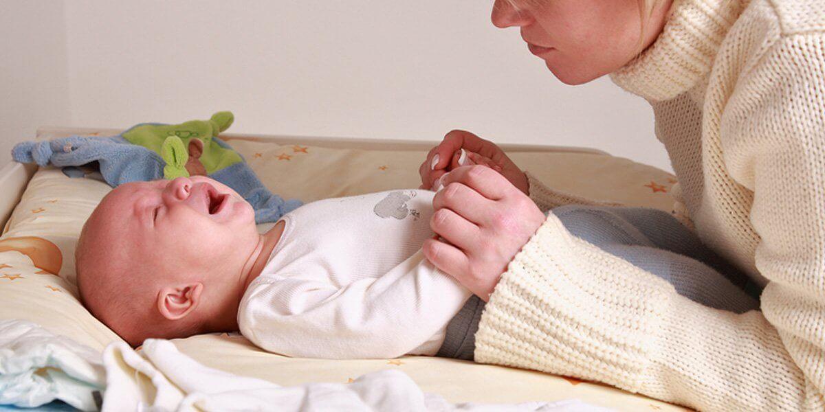У маленького ребёнка что-то болит. что мне делать?