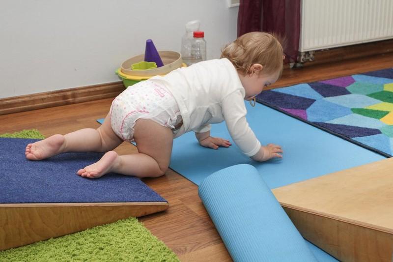 Как научить малыша ползать?