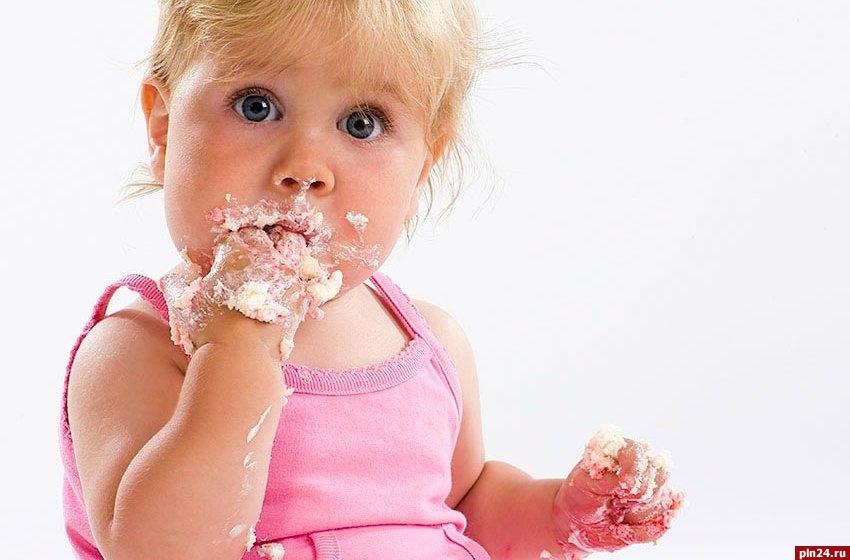 Ребенок ест много сладкого: главные причины и последствия