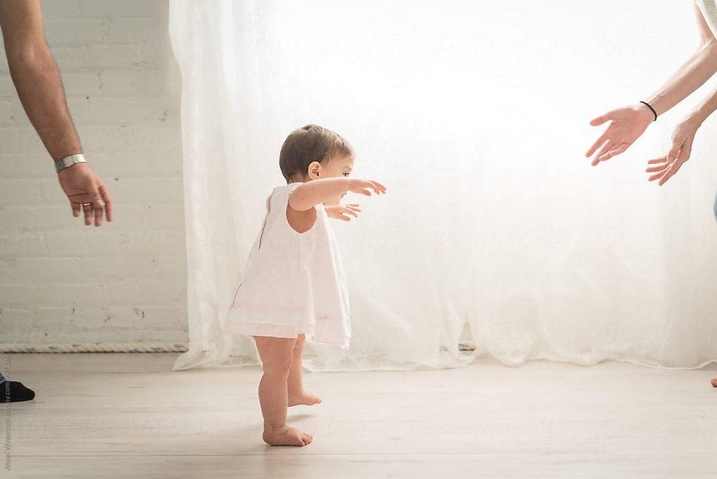 Как научить ребёнка ходить: основные упражнения, полезные рекомендации и советы по безопасности