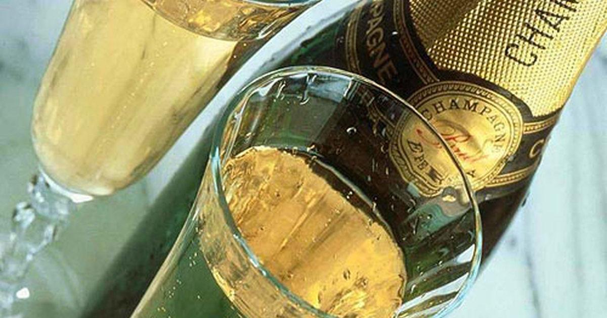 Можно ли беременным выпить бокал шампанского на новый год в 1, 2, 3 триместре