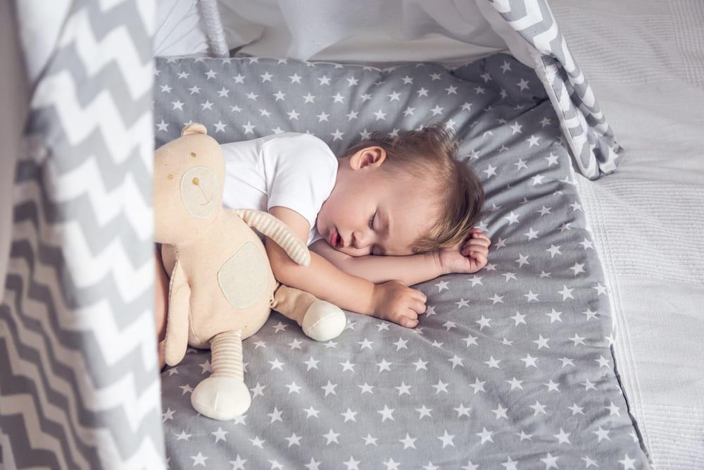 Как приучить ребенка спать отдельно от родителей: почему это надо?