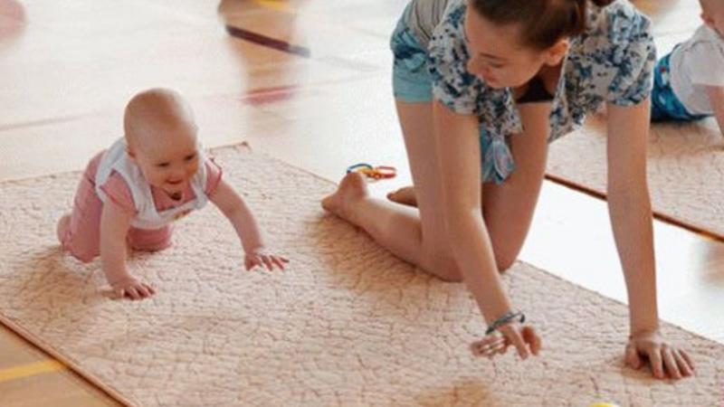 Как научить ребенка ползать: 14 шагов