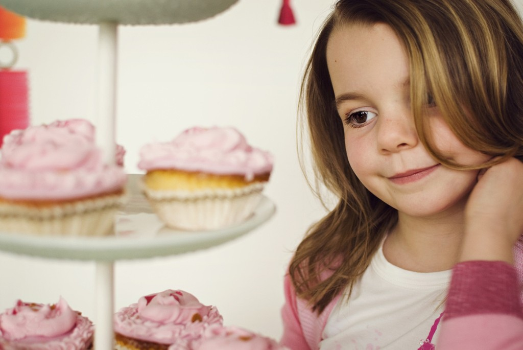 5 причин, по которым ваш ребенок переедает сладости