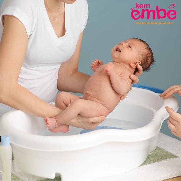 Как купать новорожденного ребенка: основные правила купания