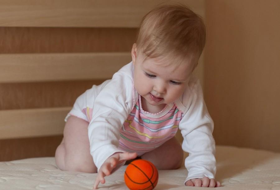 Как научить ребенка ползать: советы и упражнения для грудничков