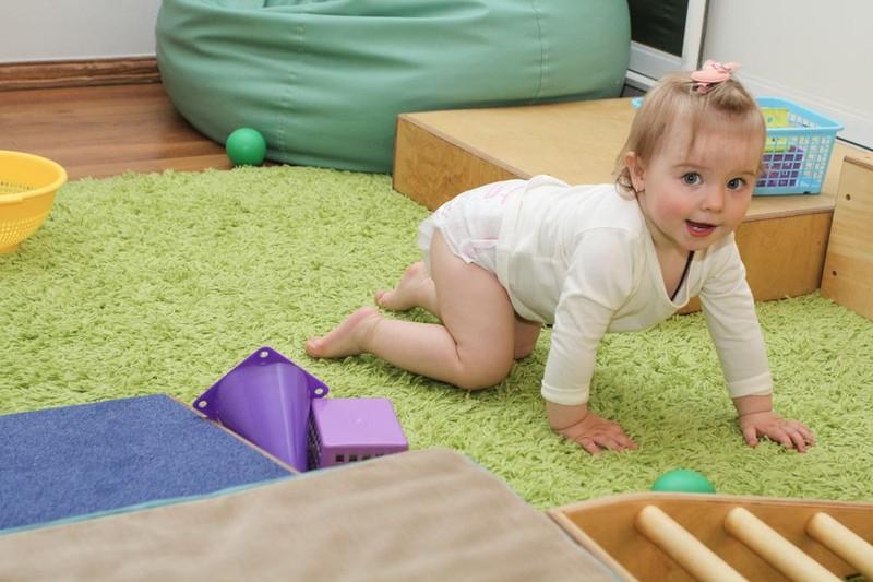 Как помочь ребенку научиться ползать на четвереньках: советы и упражнения