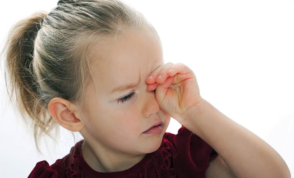 Нервный тик глаза у ребенка до года — причины, симптомы