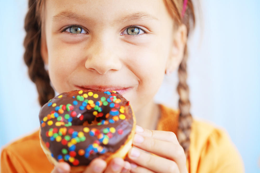 5 причин, по которым ваш ребенок переедает сладостями