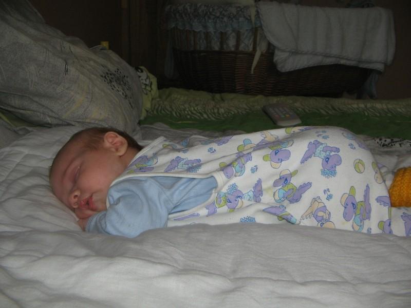 Новорожденный мало спит днем или ночью: причины, почему грудничок капризничает