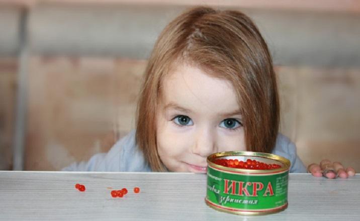 Красная икра детям: с какого возраста можно, польза и вред