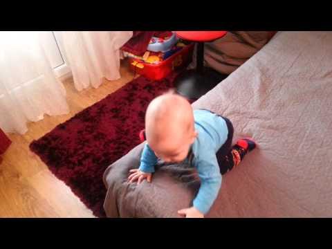 Ребенок упал с кровати. что делать?