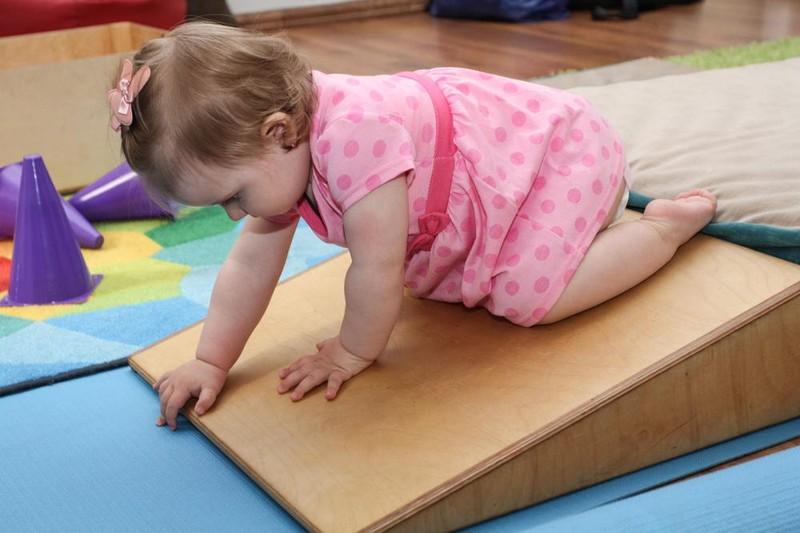 Как помочь ребенку научиться ползать