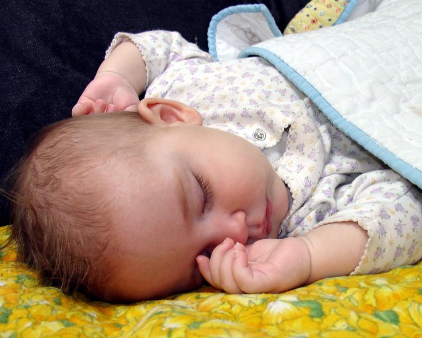 Когда дети начинают спать всю ночь? | pampers