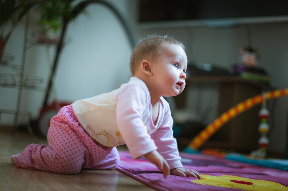 Как научить ребенка ползать на четвереньках? упражнения, чтобы научить ребенка ползать вперед