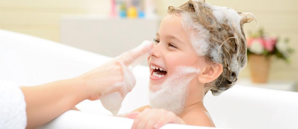 Что делать, если ребенок боится купаться и мыть голову: советы психолога