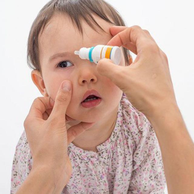 Почему ребенок сильно дергается: ноги, руки, глаз, тело