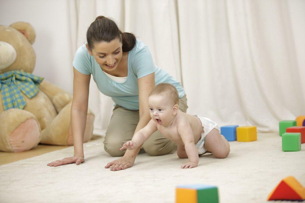Как научить ребенка ползать на четвереньках   pampers ru