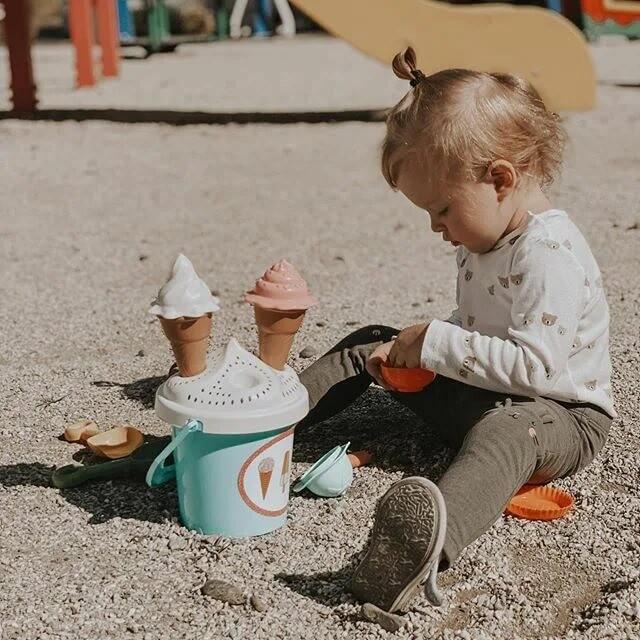 Ребенок всех обижает в песочнице!