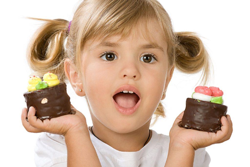 Что делать, если ребенок ест много сладкого? ограничивать или разрешать?