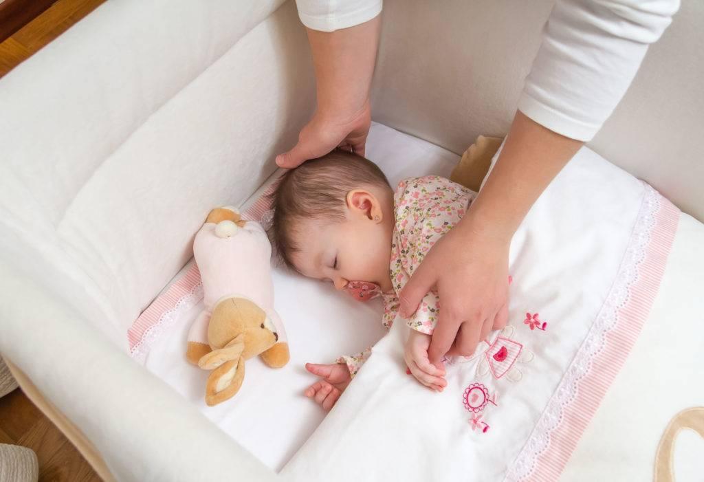 Как быстро приучить ребенка спать в кроватке (новорожденного, месячного, годовалого) | ребенок не не спит в кроватке, что делать