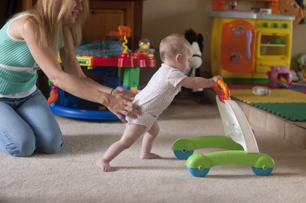 Как научить ребенка ходить самому?