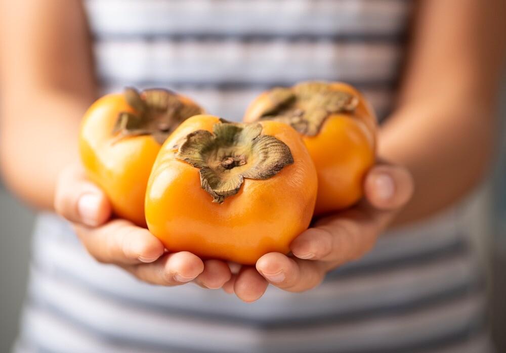 Хурма при грудном вскармливании: можно ли этот фрукт есть маме, в каком виде лучше употреблять при гв, в чем польза для ребенка и как правильно ввести в рацион?