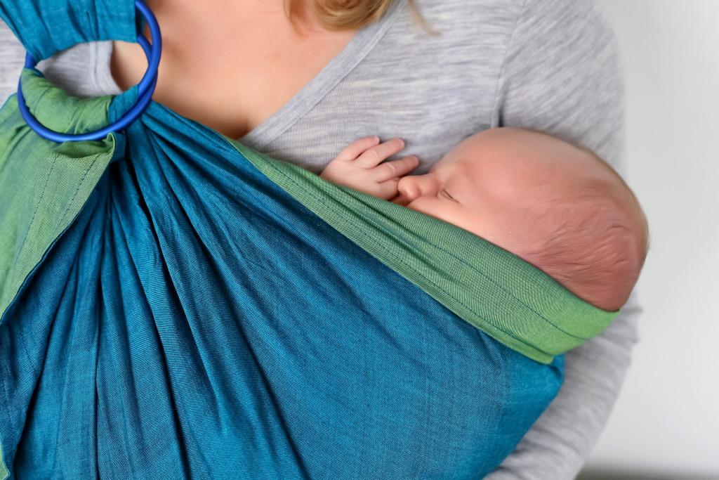 Малыш «зависает» на груди – значит, не наедается?