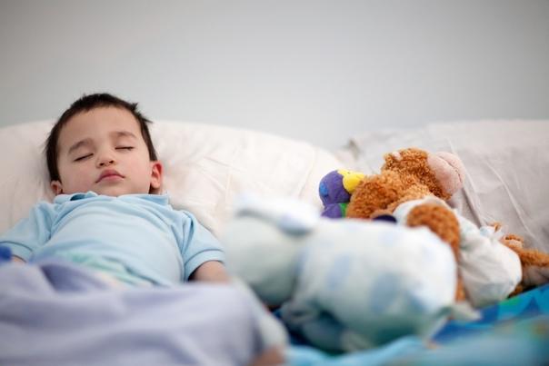 Что делать, если ребенок боится спать один в комнате